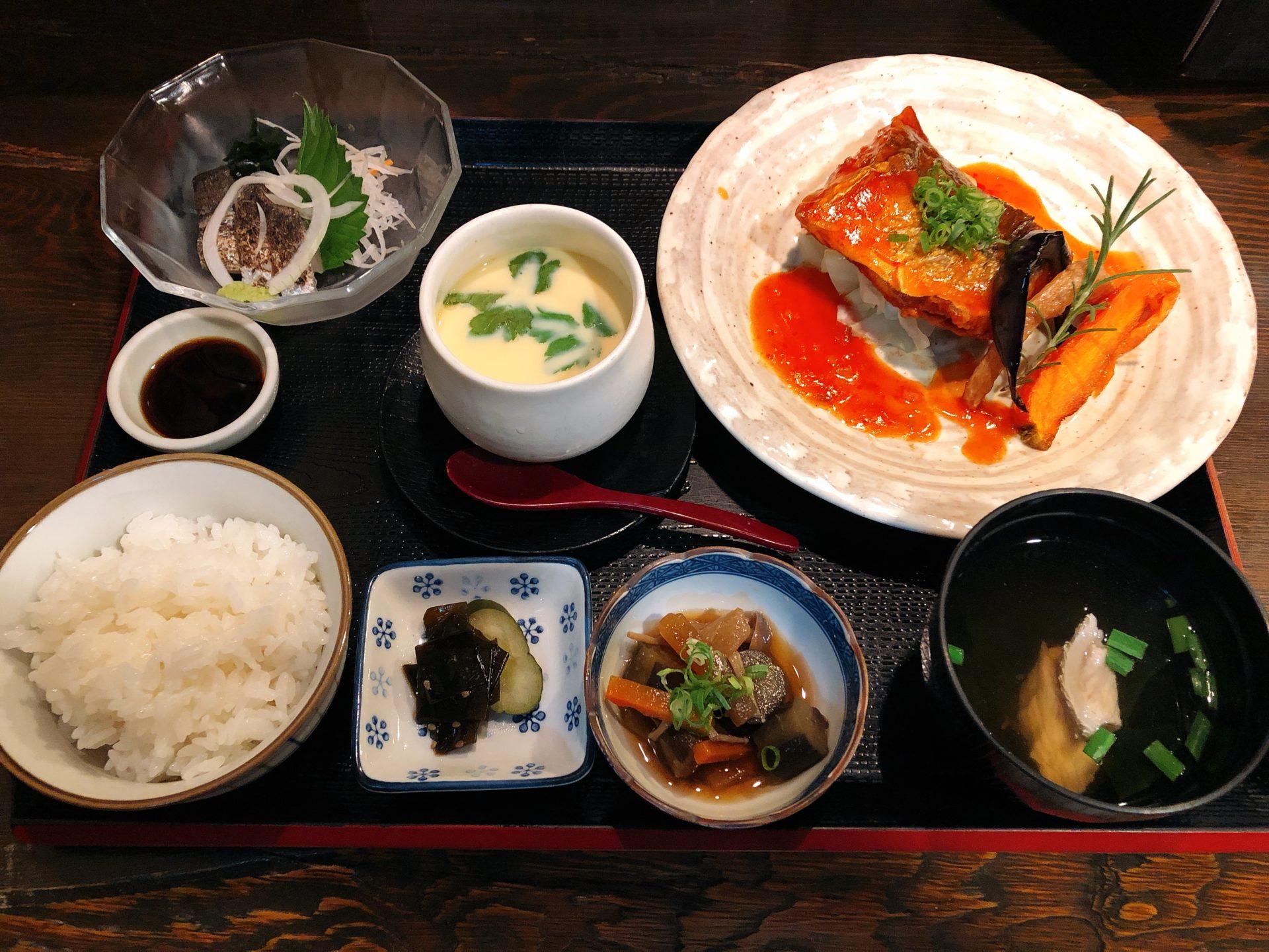 井原駅から徒歩4分!海鮮料理の店 魚家 のお昼は、限定ランチと海鮮丼が大人気!開店前には並ぶことも!!
