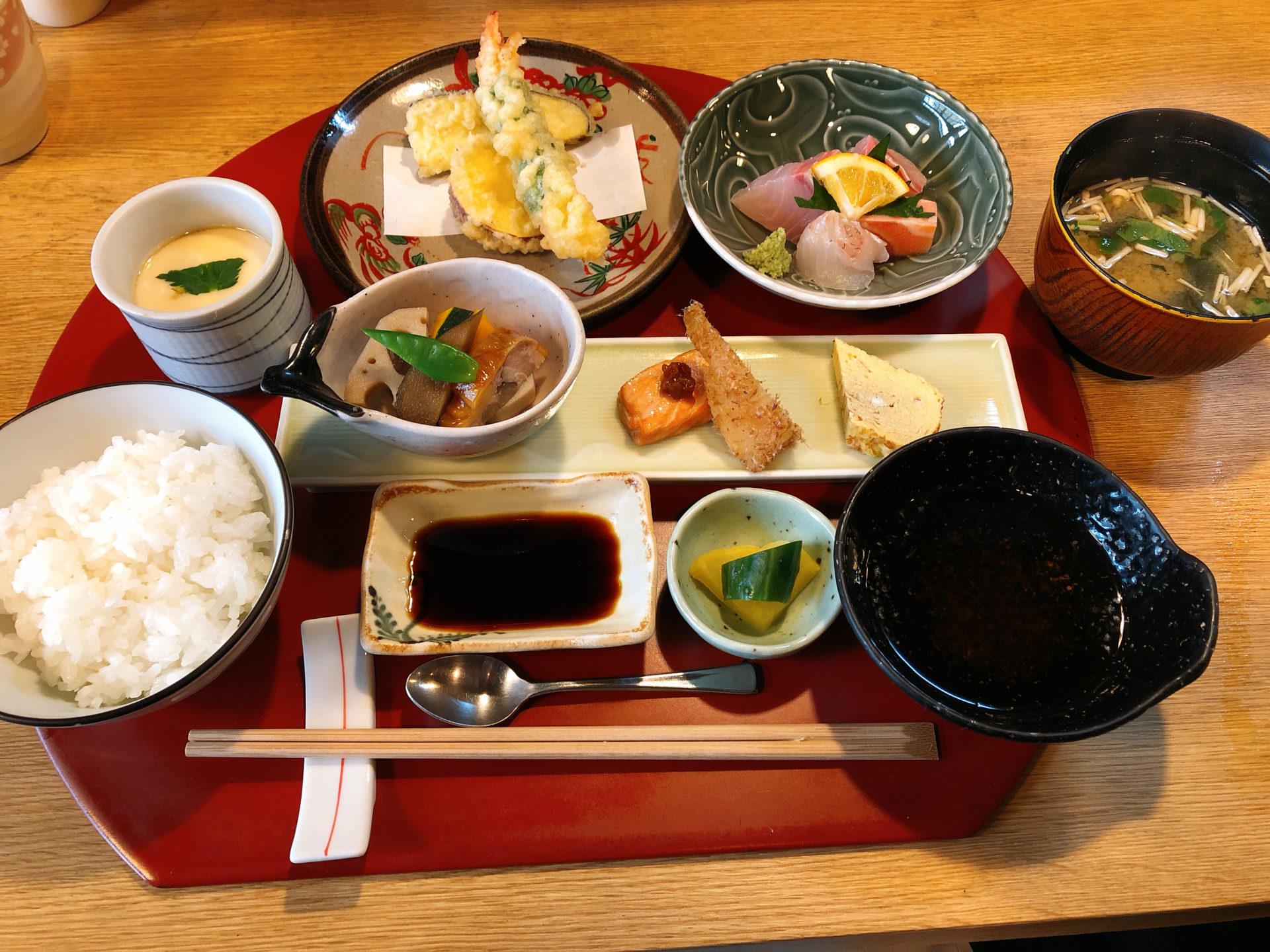 岡山市東区平島 和食の 味家山崎のサービス膳は、刺身に天ぷら、煮物に茶わん蒸し 全てに大満足!