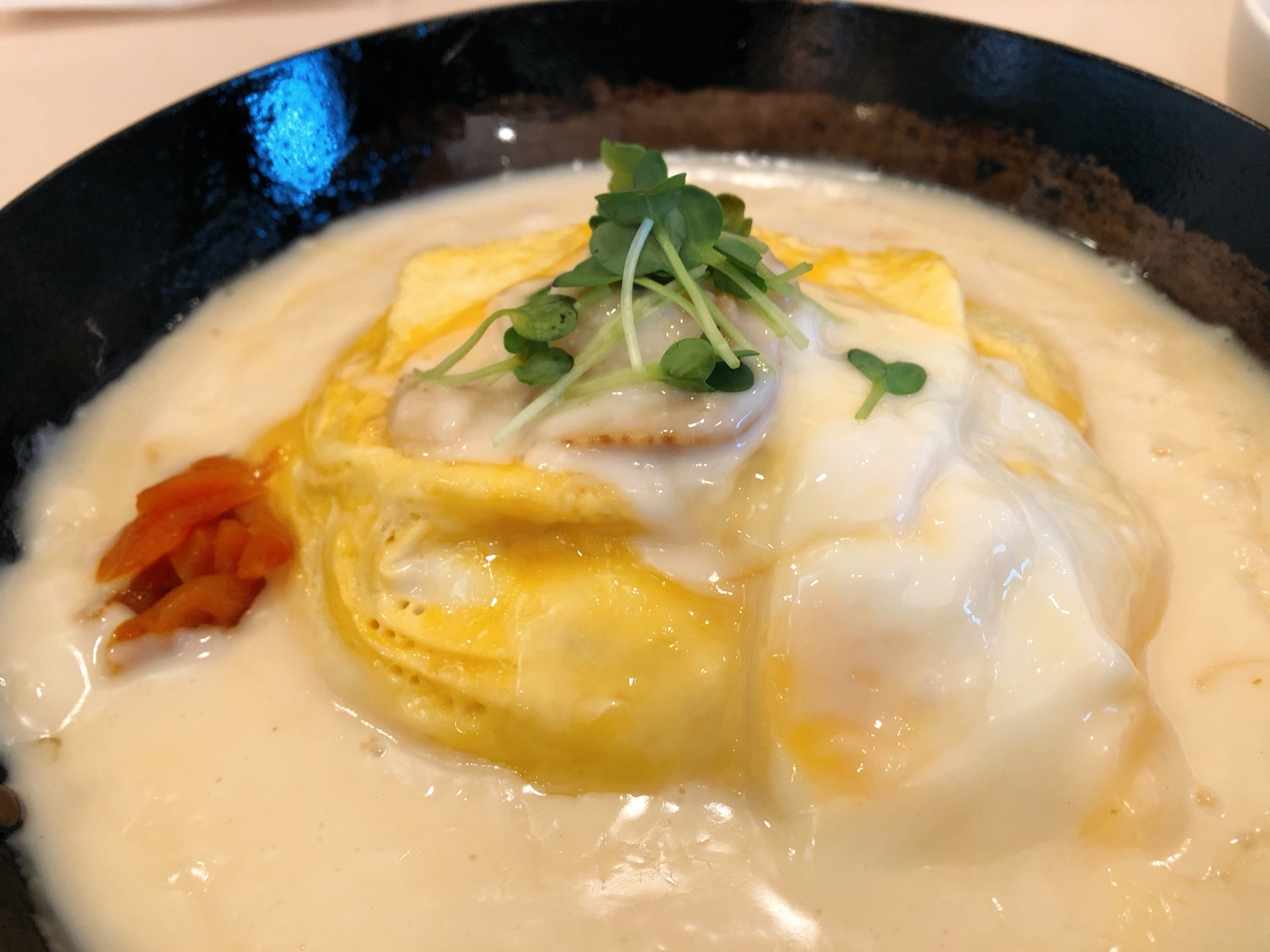 高梁駅から徒歩約10分 カフェ・レスト・シャトーの雲海オムライスは、濃厚ホタテのクリームソースがベストマッチ!