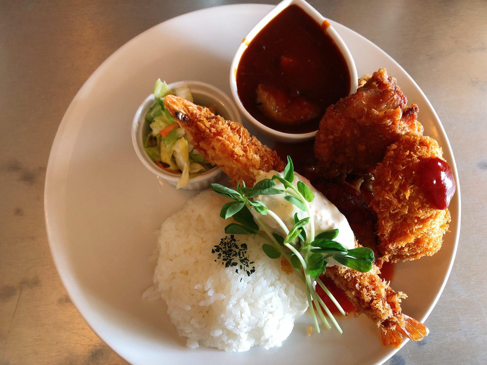 高島駅から車で4分 美味しい洋食のランチが食べられる、懐古喫茶Sakura umi(桜海)は、カレーも人気!