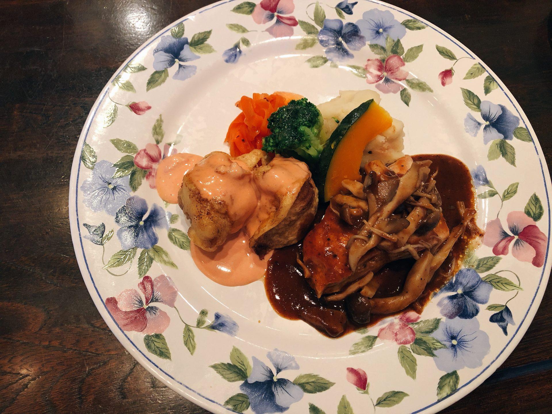 岡山市中区 YSタウン円山1F 洋食のお店【カフェレストラン アンジュール】で魚も肉も入った人気のよくばりランチを堪能する!