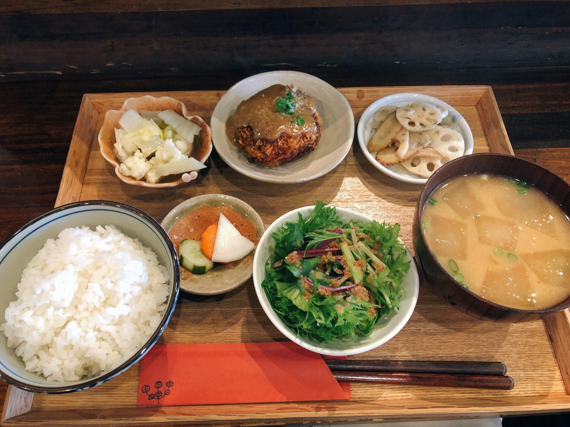 城下公会堂は、路面電車 城下駅からすぐ!お昼はレトロな店内で食べる、旬の野菜が盛りだくさんの週替わりランチがおススメ!