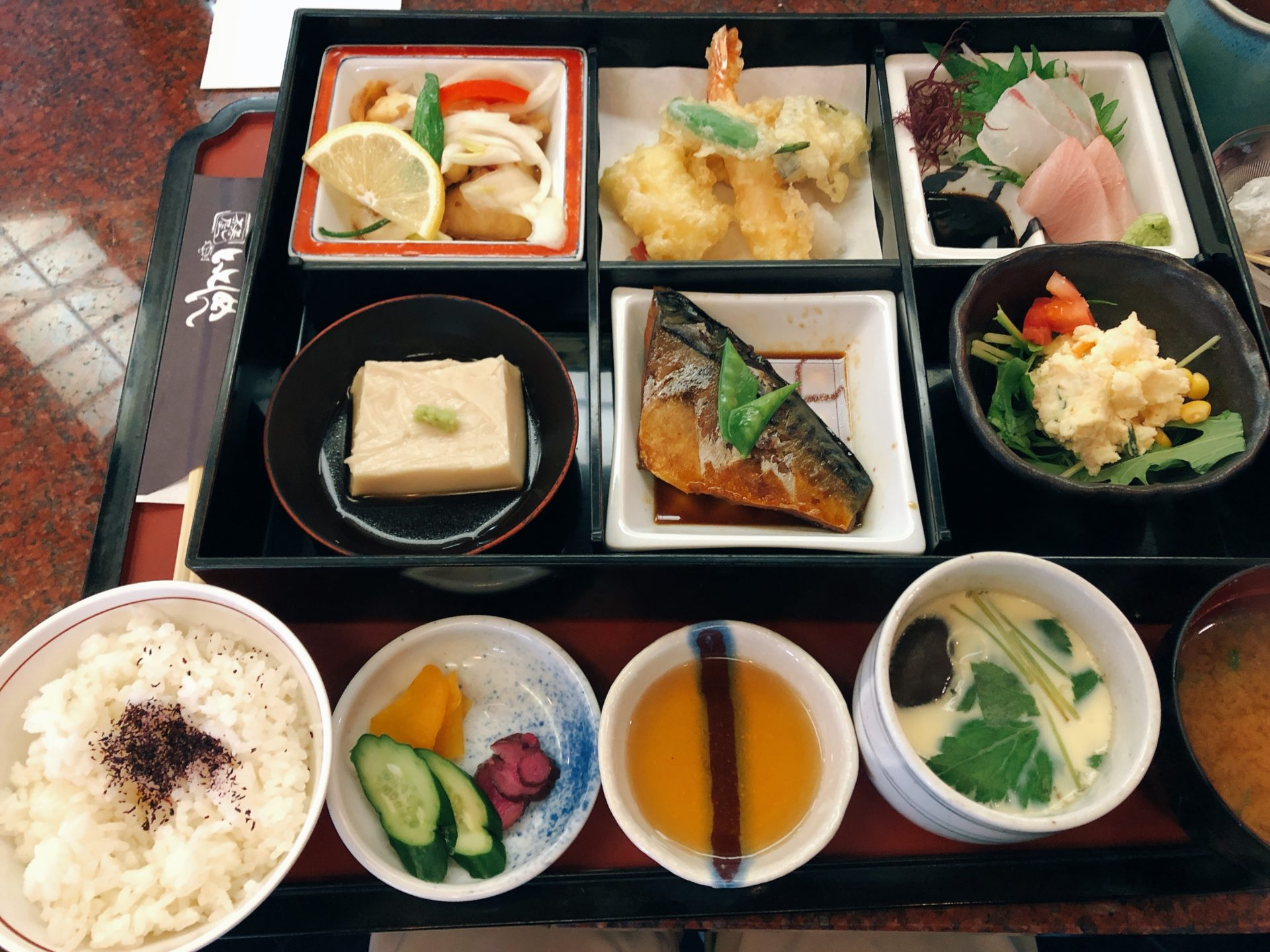 岡山市南区 海鮮料理の とっとんめ のランチは、松華堂御膳とサービス定食が人気で、来店時は予約がおススメ!!
