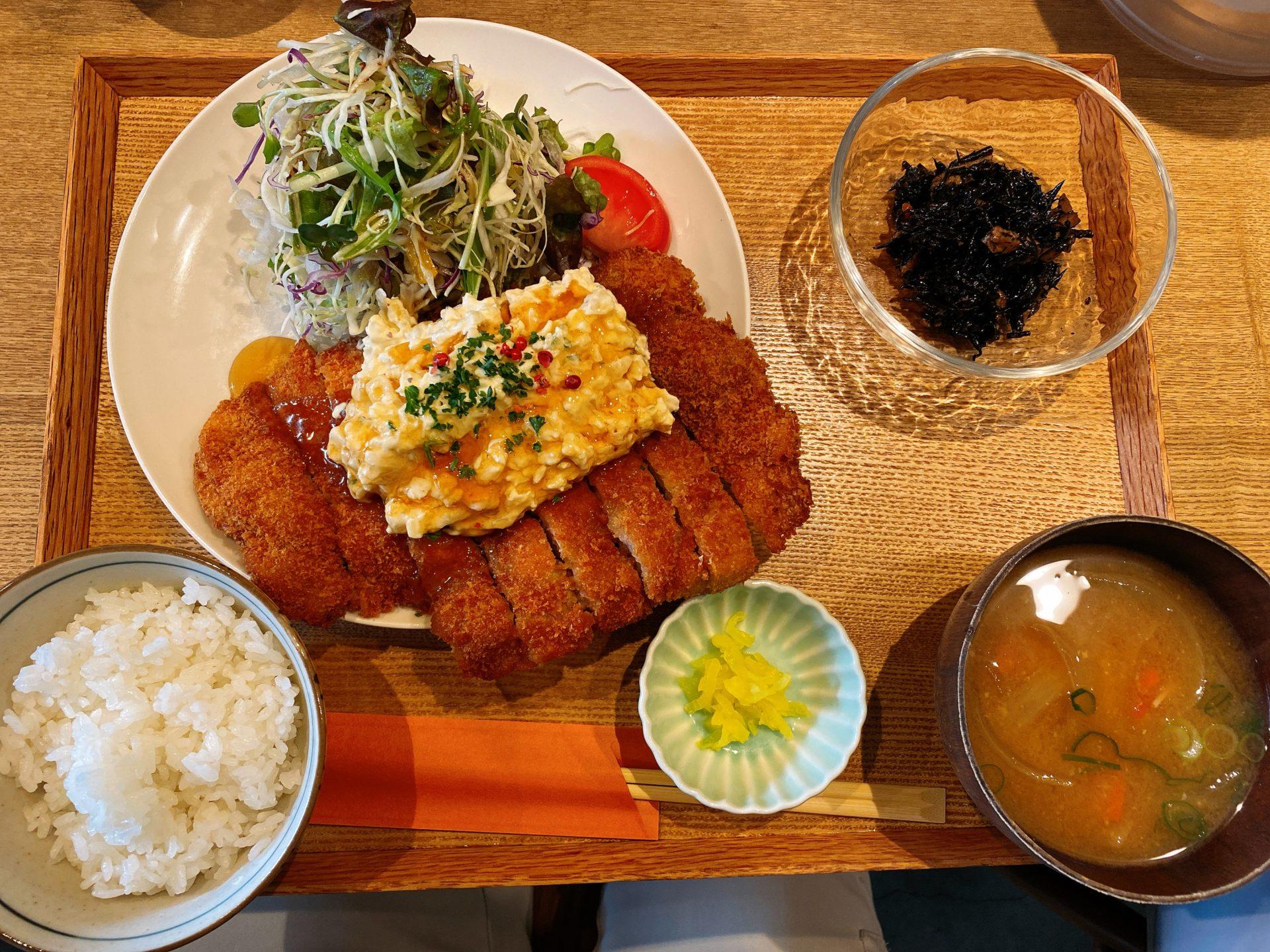 岡山市北区 県庁すぐ近く キッチンほりぐちのランチはデカ盛りで激ウマ!皿からはみ出るチキン南蛮や、そびえ立つ唐揚げに歓喜!