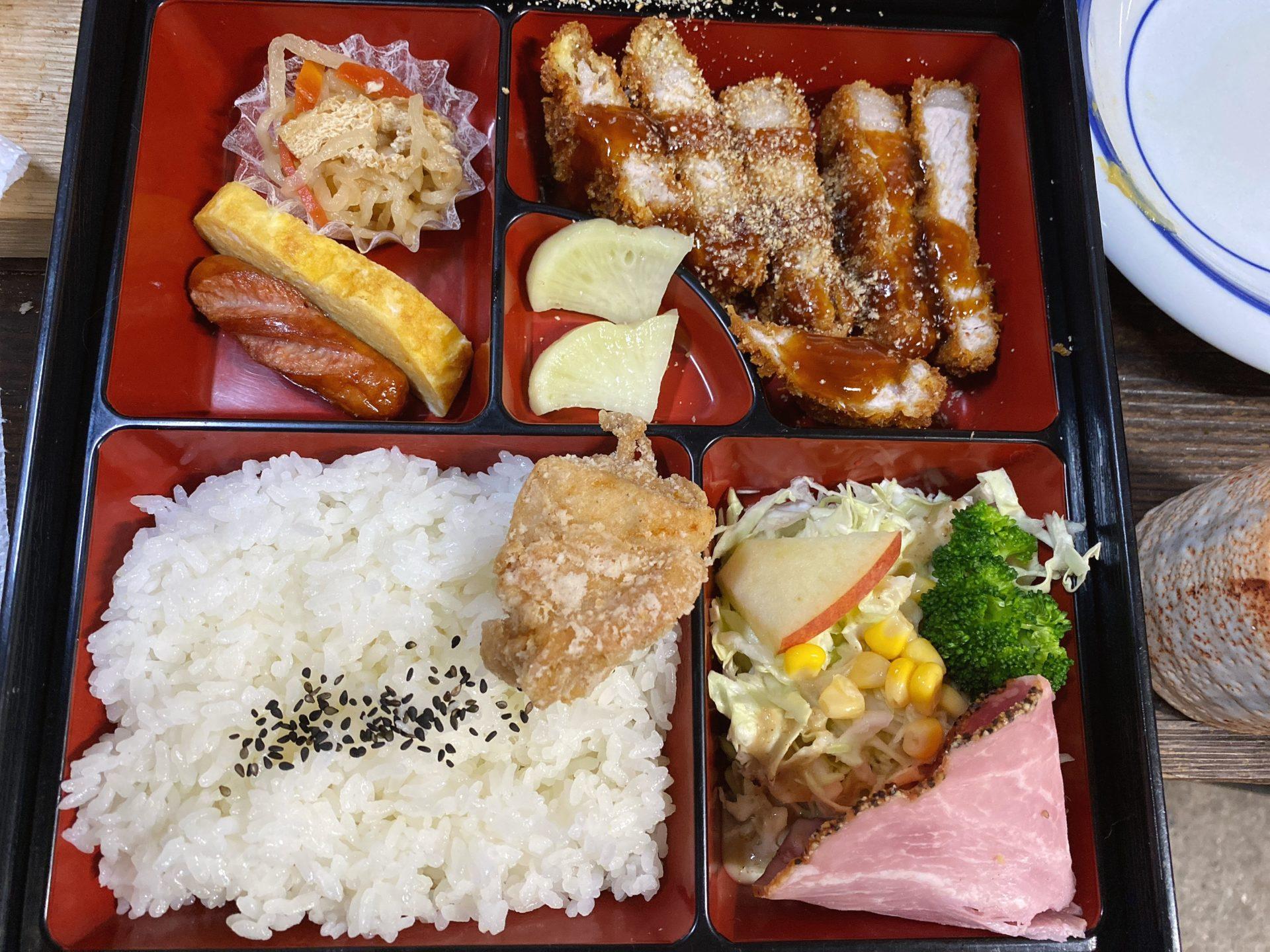 岡山市東区 六助精肉店 たみちゃんのトンカツ よっちゃんの弁当にて600円のトンカツ弁当を頂き、チキンカツとから揚げをテイクアウト