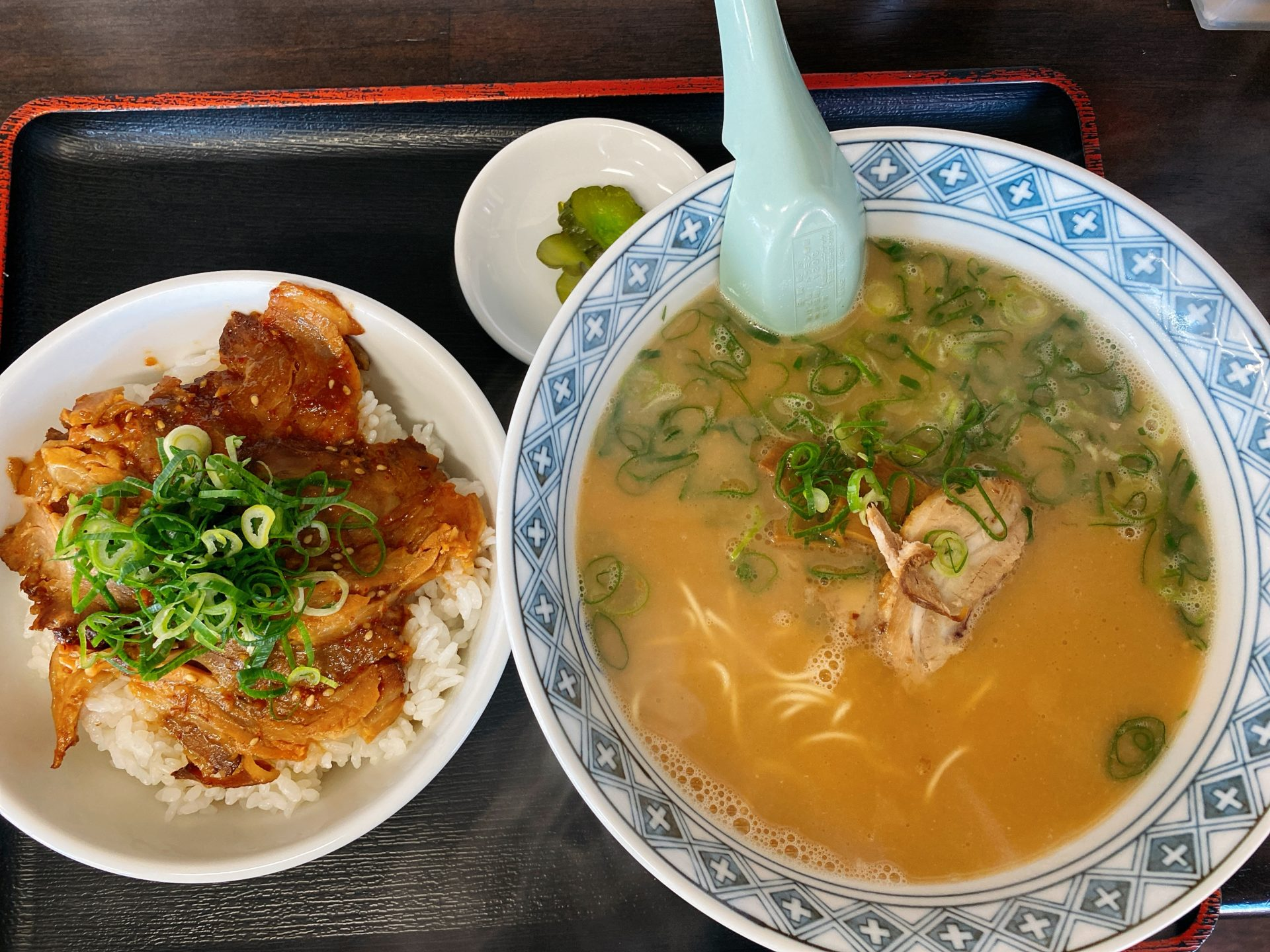 長船駅から車で3分 中華そば マルバン邑久店は、鶏ガラと豚骨の2種類のスープ!そしてセットメニューの丼はボリューミー!