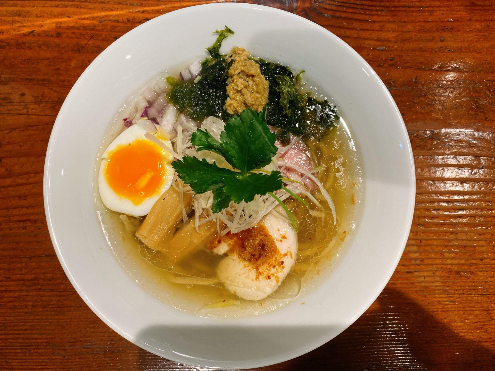 クレドすぐ南 麺酒 一照庵の鶏中華そばクラムは、鶏スープに貝の出汁を重ねた至極の味!モチモチの中太麺とも相性バツグン!