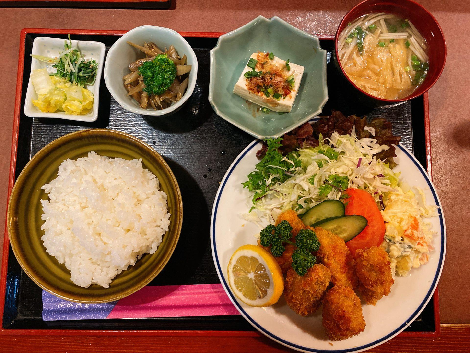 邑久駅から車で2分 居酒屋 彩肴(さき)でカキフライ定食を頂くも、黒豚トンカツ他9種類のランチは毎日通いたくなる