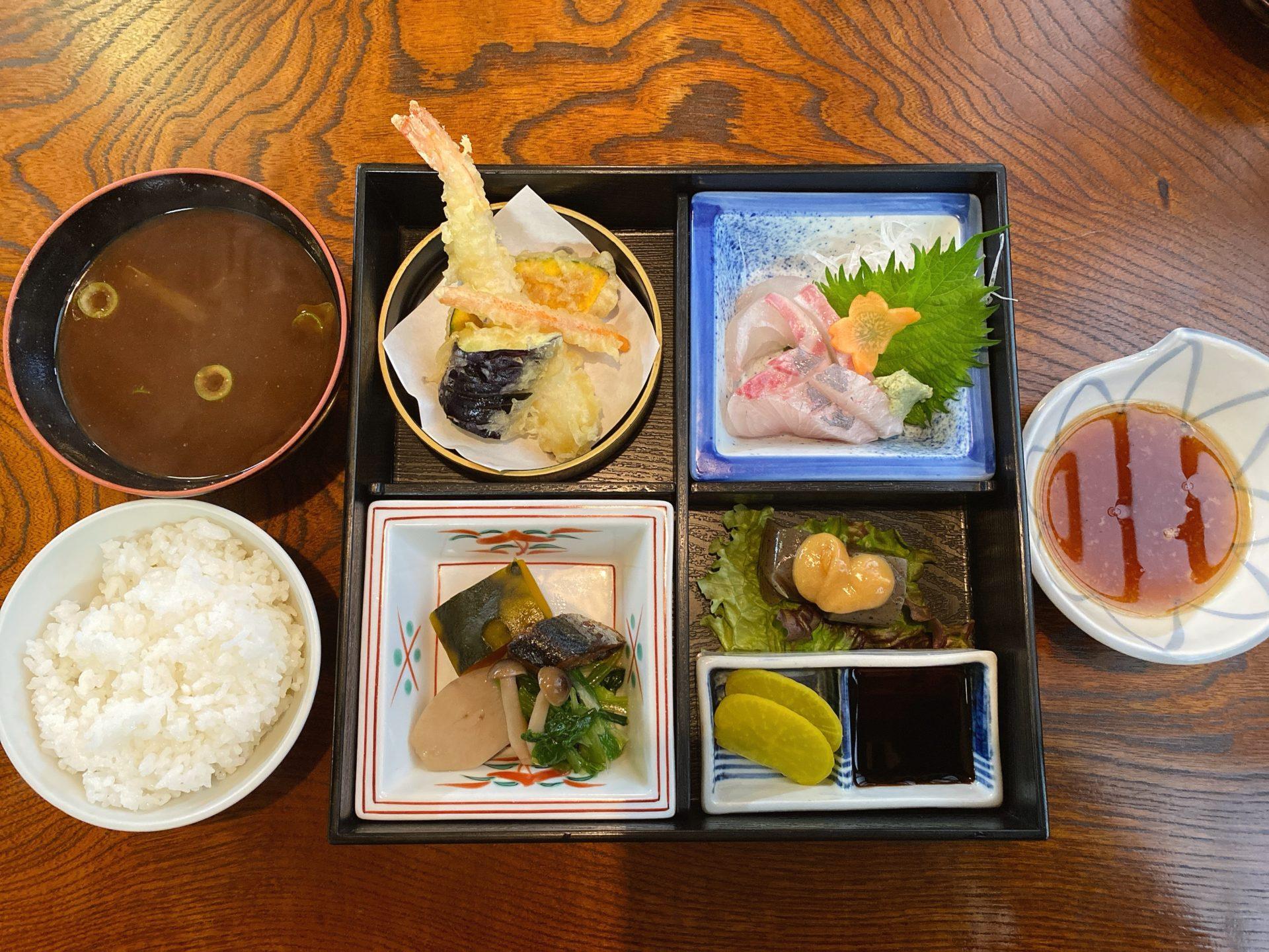 大多羅駅から車で5分 老舗の和食・割烹の店、路薙(みちなぎ)での初ランチは 松花堂弁当!評判通りの刺身や天ぷらに舌鼓