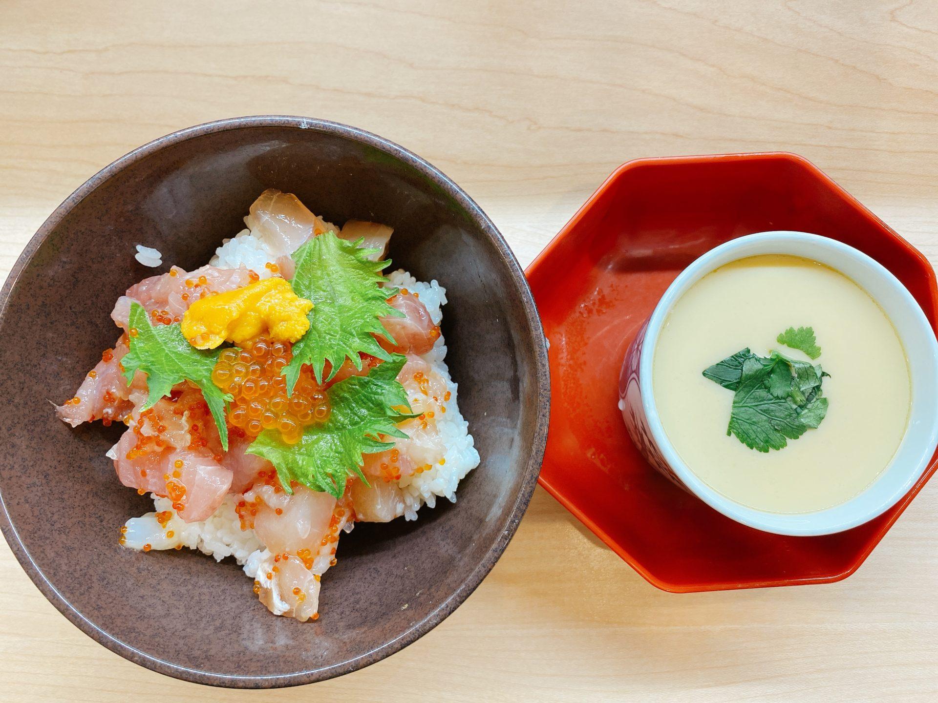 東岡山駅から車で4分 無添くら寿司の海鮮丼が500円で茶碗蒸し付き!天丼に牛カルビ丼もワンコイン500円は超オトク!(税別)