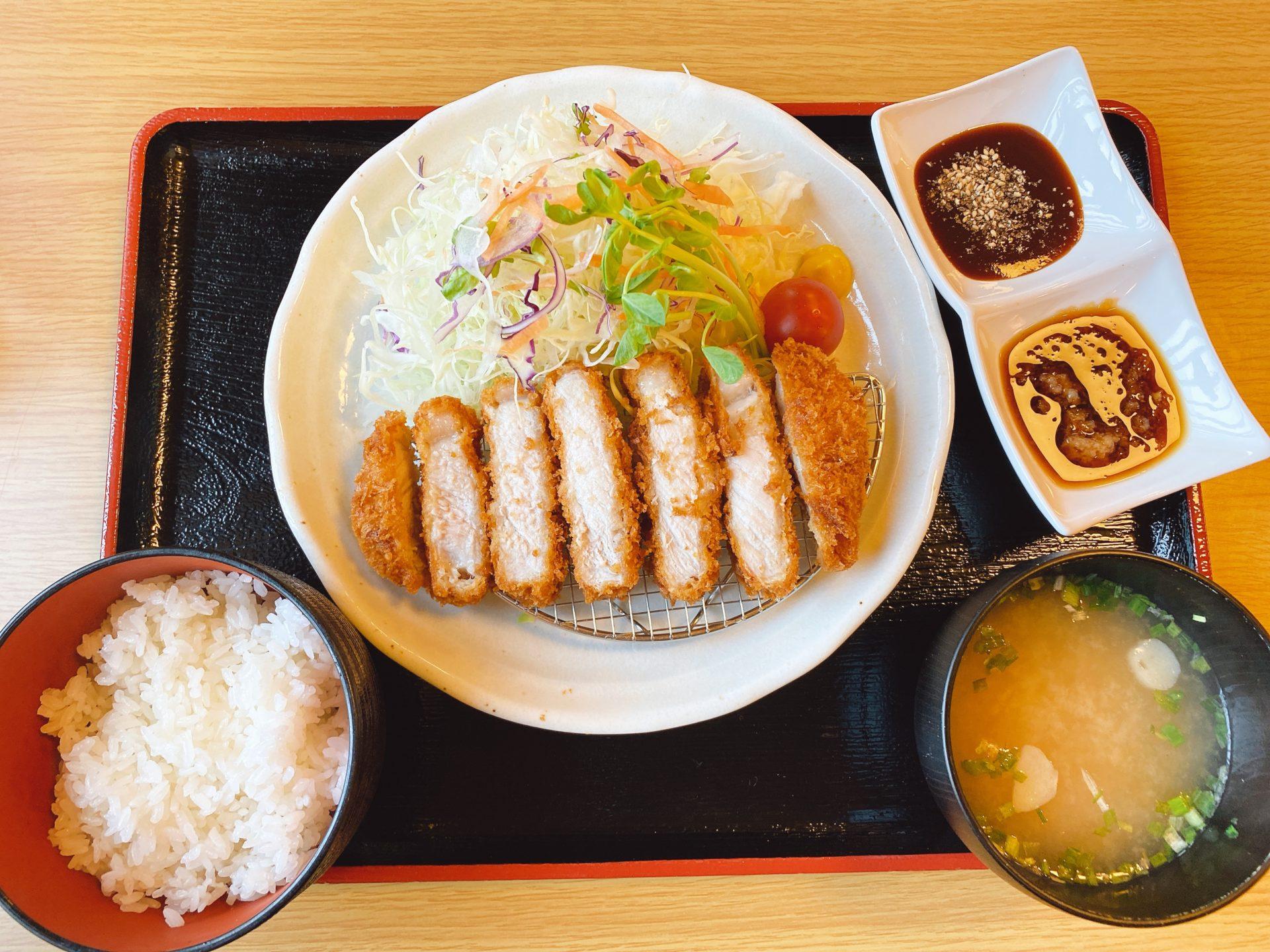 倉田交差点から側道を西に徒歩3分 岡山市中区の がっつりやで「1㎏盛りすぎ豚丼」に驚きつつ、頂いたロースカツ定食は・・・