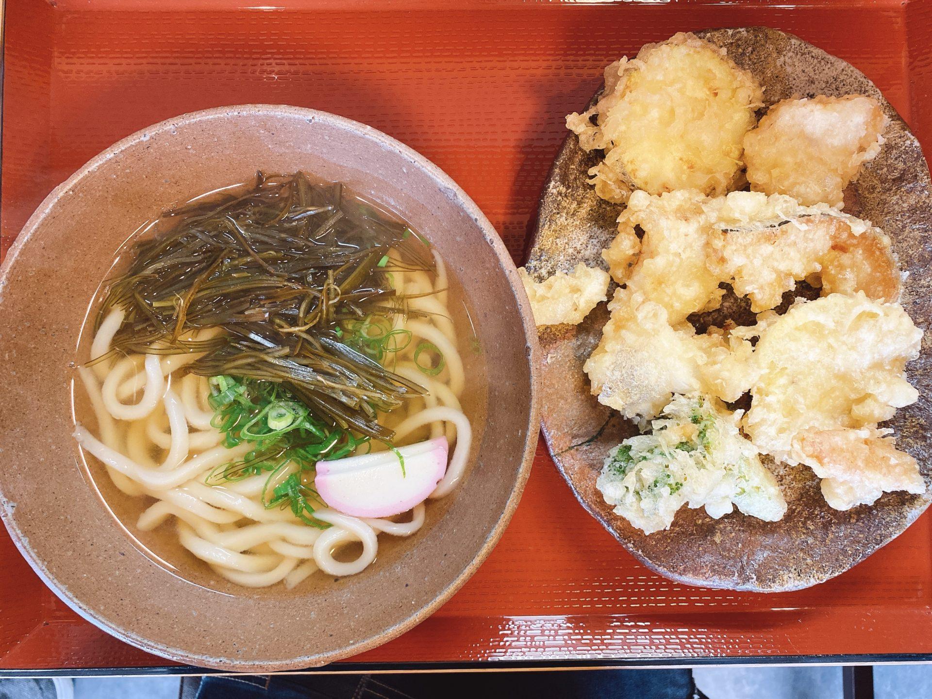 岡山市中区 土日だけ営業の【手打ちうどん みのり】は、麺と出汁の美味しさはもちろん、塩で食べる揚げたての野菜の天婦羅も最高!