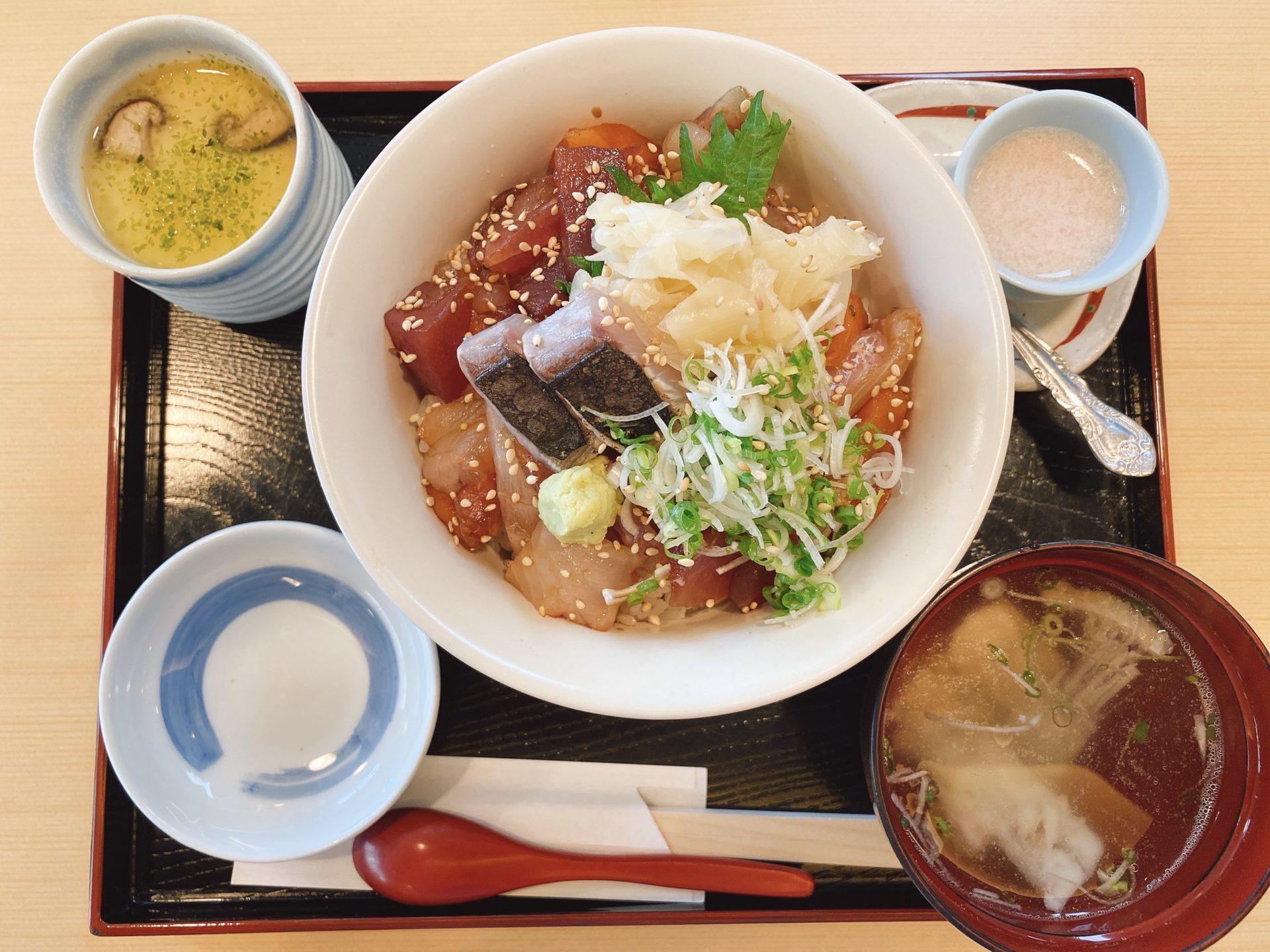 青江交差点東スグ 海鮮料理の店【海一(うみいち)】にて名物の海鮮丼「海一丼」を頂き、魚の量の多さに驚きつつ味にも大満足!