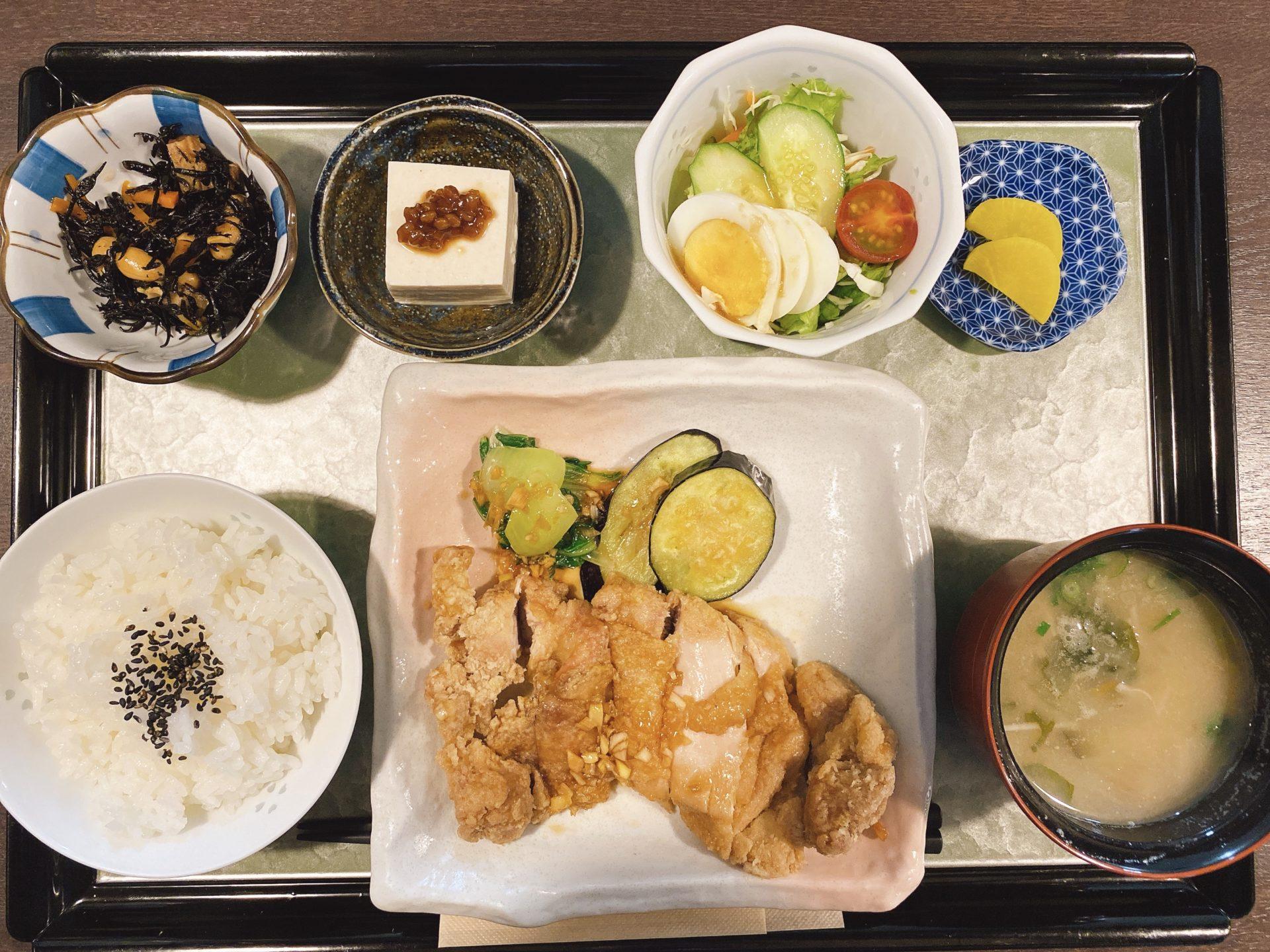 西大寺駅から車で13分 古民家カフェ【コメスタィ】にて初ランチ!漱石ロード定食と迷うも、今回は油淋鶏ランチを頂き舌鼓