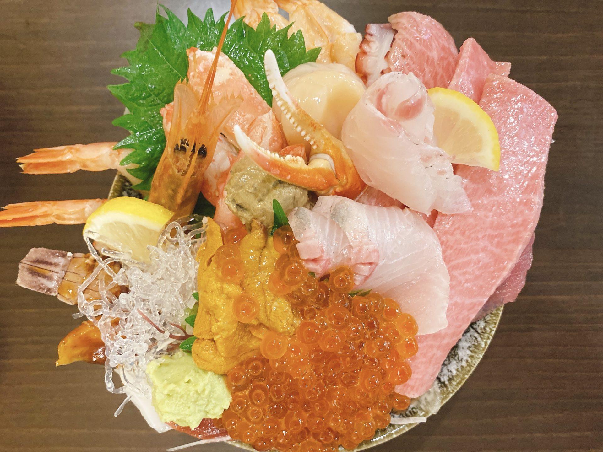 岡山市南区市場の行列のできるお店【味の匠 大名庵】のランチで頂いたのは、特上海鮮丼!大トロの存在感と極上のネタのオンパレードに歓喜!