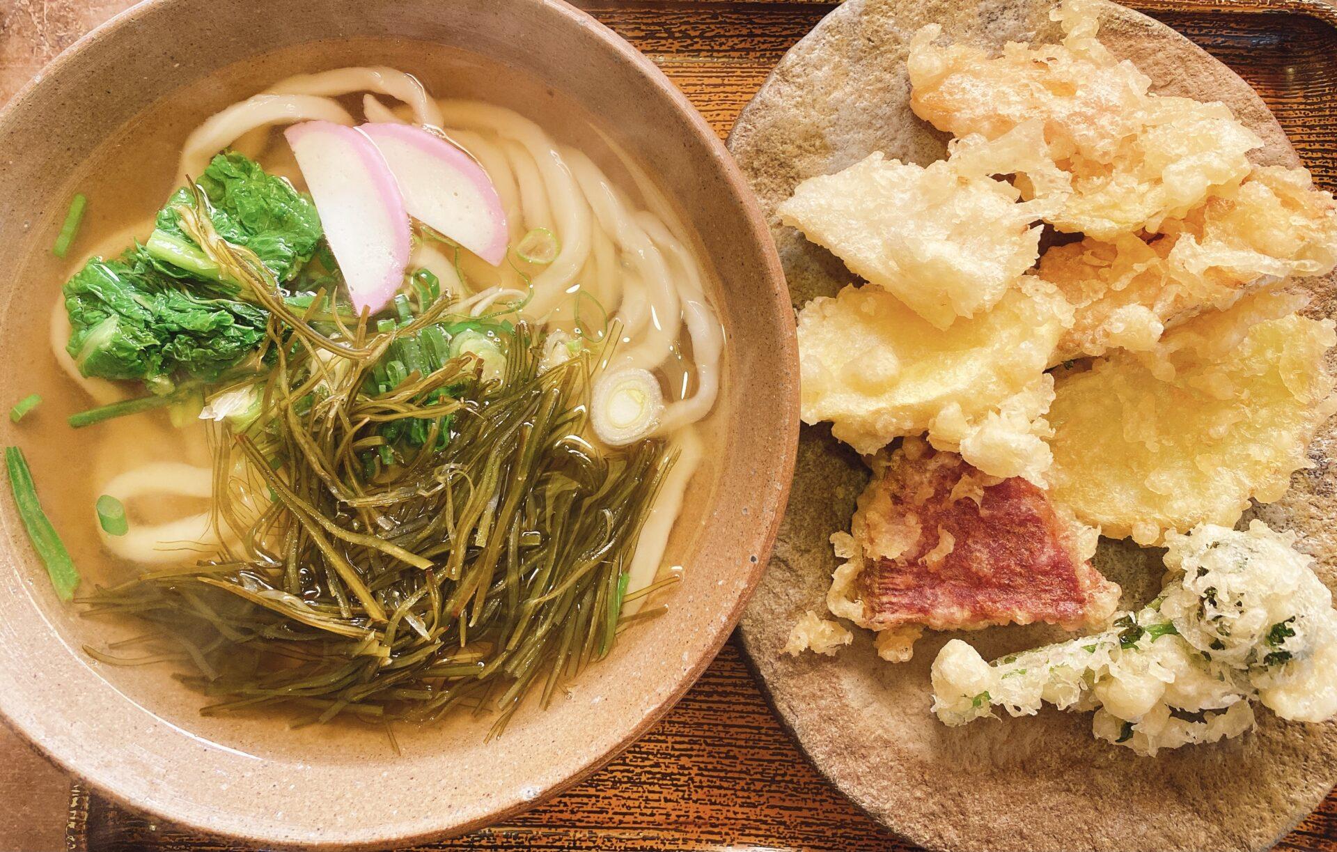 岡山市中区 土日営業で人気の【手打ちうどん みのり】の天ぷらうどんはやっぱりオススメ!寒い時ほど出汁の旨さが身に染みる!
