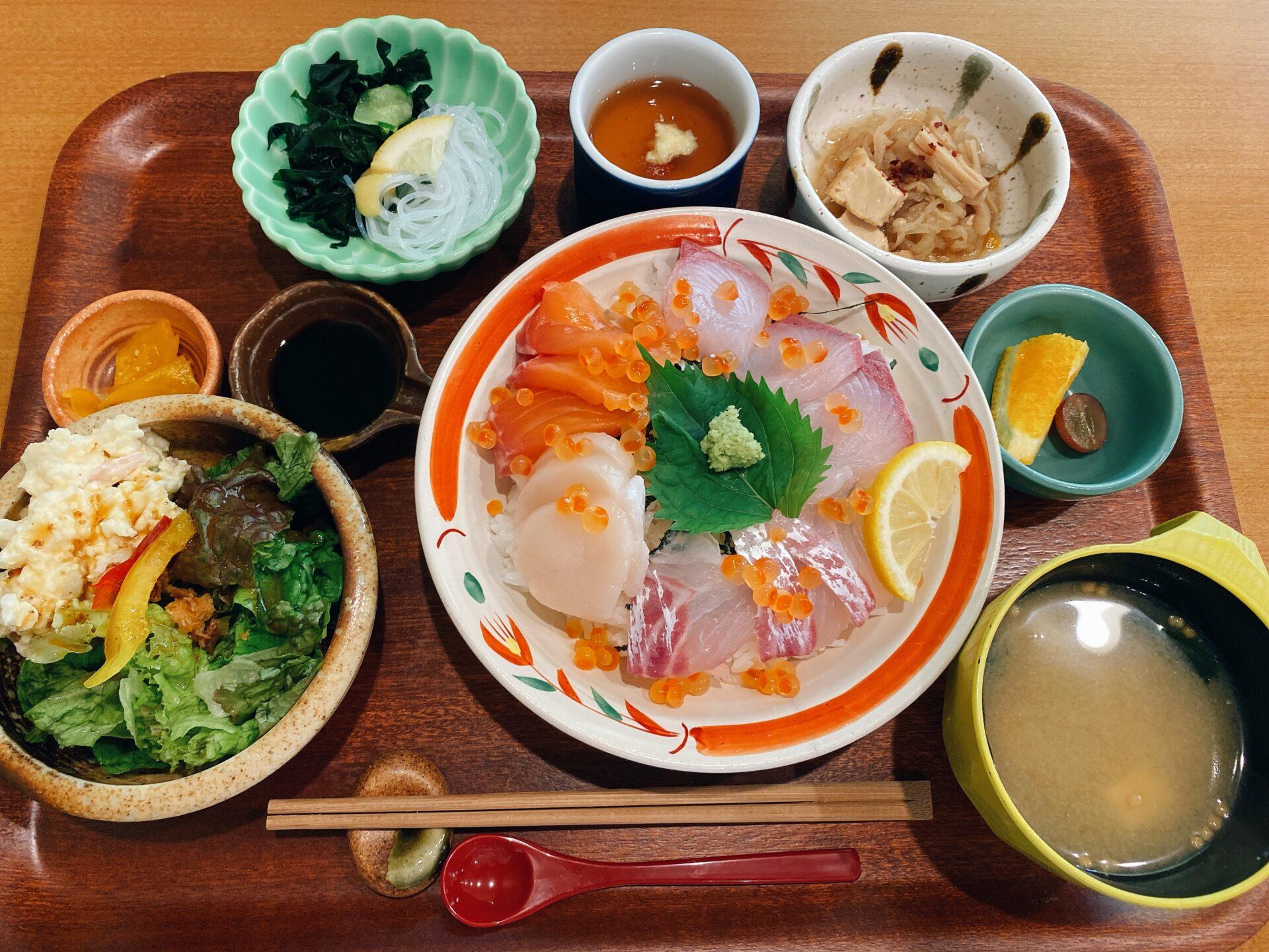 岡山市南区【食堂ワンスター】ランチタイムに食べた海鮮丼スペシャルと日替りヒレカツに満足!